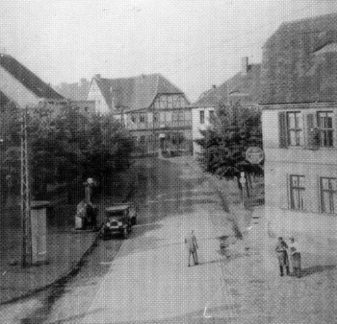 22 Blick auf den Adler, rechts Schau's Hotel, dahinter Polizei