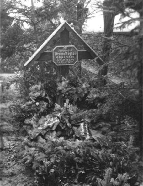 Bild 12 Zweites Grabkreuz nach offizieller Trauerfeier