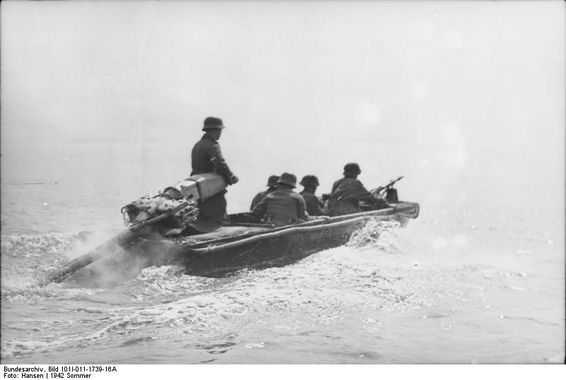 Russland, Nord, Soldaten in Sturmboot