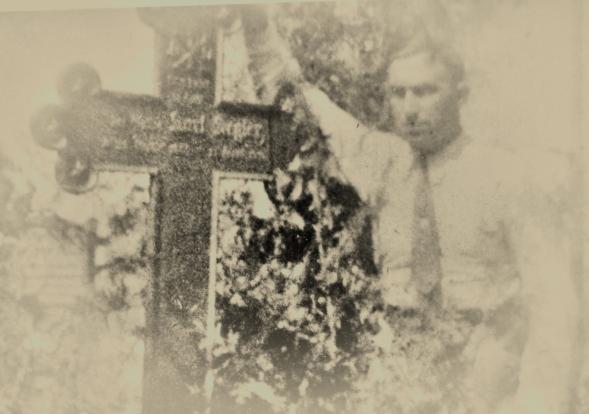 Bild 15 Bruno am Grab seines Vaters