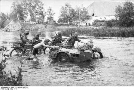 Bild 3 Bundesarchiv_Bild_101I-009-0870-23A,_Russland-Nord,_Vormarsch_durch_Lettland