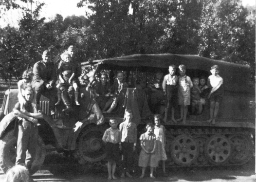 Göhri Kinder auf Halbkettenfahrzeug motorisierte Artillerie