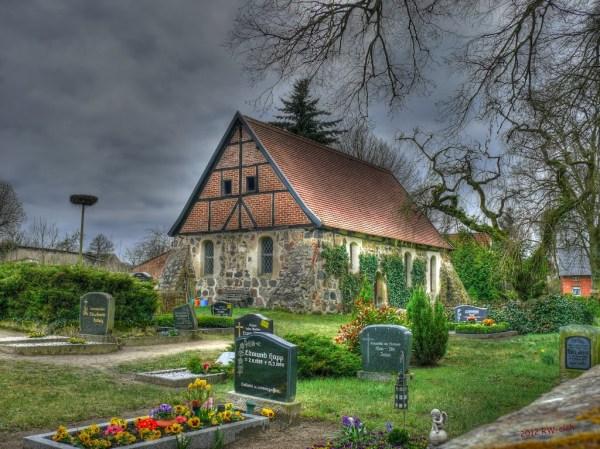 Dorfkirche mit Friedhofsansicht in Mellen - Photo Credit: Panoramio