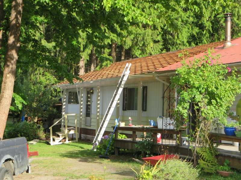 1-the-metal-roof-of-the-mobile-home-is-already-taken-down